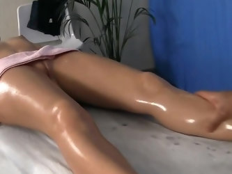 The beautiful babe adores coming over to this particular massage parlor and getting her body rubbed. Her massage therapist has lots of skils and trick