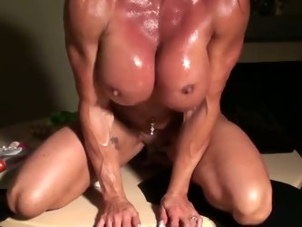 This muscular harlot definitely knows how to keep herself in shape. Today she puts on an awesome show for me. She rides that dildo with unrestrained p